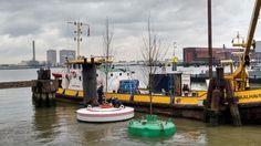 Tweede testboomboei is te water gelaten in Aquadock | RTV Rijnmond (Dutch)