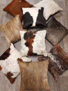 kussens met koeienhuid bij K&H Decoraties Leather Throw Pillows, Leather Pillow, Sofa Pillows, Cowhide Leather, Cowhide Furniture, Western Furniture, Leather Furniture, Condo Living Room, Sewing Pillows