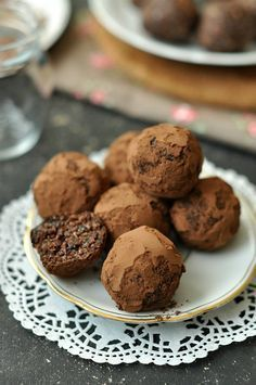 10 perc alatt megvan és kb. 5 perc alatt elfogy. Jó kis mandulás-kókuszos finomság (finomított) cukor, tejtermék és liszt nélkül. Már majdnem paleo :) Mondanám, hogy vendégvárónak Vegan Recipes, Cooking Recipes, Raw Vegan, Deserts, Food And Drink, Cookies, Chocolate, Baking, Health