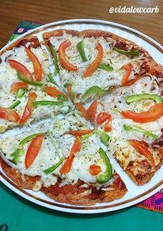 Descobri uma massa de pizza low carb que fica muito legal, bem sequinha. Fica com uma consistência super boa, e a cara da pizza fica bonita pra caramba. Lowcarb Pizza, Low Carb Recipes, Healthy Recipes, 200 Calorie Meals, Menu Dieta, Eat Happy, Low Carb Diet, Italian Recipes, Food And Drink
