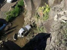 Um homem morreu após o carro que ele conduzia cair em um penhasco de aproximadamente 15 metros d...