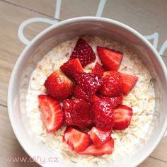 Pražené ovesné vločky s kokosem a jahodami | DIFY blog Strawberry, Yummy Food, Fruit, Blog, Food Ideas, Fitness, Delicious Food, Strawberry Fruit, Blogging