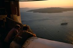 Stuart Franklin  GREECE. Santorini. Watching sunset. 2004.