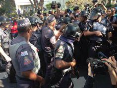 Confronto entre policiais e manifestantes durante ato Anti-Copa no início da manhã desta quinta-feira (12). Foto: Reprodução / ITV News