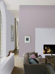 mur salon peinture couleur parme et blanc teinté autour canapé taupe