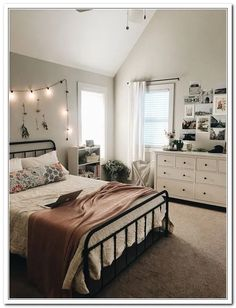 platform shoe Matheney Platform Bed Matheney Platform Bed The post Matheney Platform Bed appeared first on Zimmer ideen. Simple Bedroom Decor, Room Ideas Bedroom, Teen Room Decor, Bedroom Inspo, Design Bedroom, Bedroom Ideas For Teens, Simple Bedrooms, Bedroom Green, Teen Bedroom