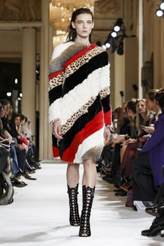 Giambattista Valli has made a name for himself reinventing volumes and shapes from one season to another, particularly with his impressive tulle ballgowns that always make for true eye-catchers on ...