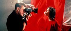 http://mundodecinema.com/vermelho/ - Sangue, amor, paixão e luxúria. Estes são apenas alguns dos significados que consciente ou inconscientemente associamos à cor vermelha. Mestres da subtileza e da manipulação, os realizadores utilizam estes artifícios para nos prender ao ecrã durante todo o filme. Dito isto, mesmo que não nos apercebamos, a verdade é que há filmes onde o vermelho é uma peça fundamental. Descubra-os neste post.