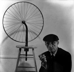 Marcel Duchamp e una delle sue Roue de bicyclette