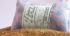 Saco térmico de Semillas de mijo. Colocado sobre un montón de semillas.