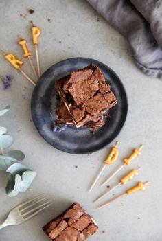 Bestes Brownies Rezept mit Kinderriegel Stücken Zuckerzimtundliebe Backblog deutscher Foodblog Schokoladenkuchen backen backrezept Rice Denmark Kerzen
