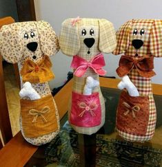 Discover thousands of images about Como fazer peso de porta: Cachorrinho com garrafa pet Sewing Toys, Sewing Crafts, Sewing Projects, Sewing Stuffed Animals, Stuffed Animal Patterns, Dog Crafts, Animal Crafts, Craft Patterns, Bear Patterns