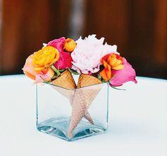 presentation centre de table avec cornet de glace et fleurs interieur mariage