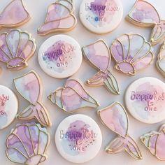Mermaid cookies using watercolour and piped gold icing Fancy Cookies, Iced Cookies, Cute Cookies, Cookies Et Biscuits, Sugar Cookies, Sugar Cookie Icing, Fondant Cookies, Royal Icing Cookies, Cupcake Cookies
