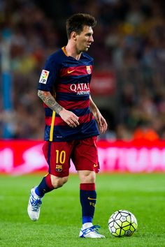 Lionel Messi of FC Barcelona runs with the ball during the La Liga match between FC Barcelona and Levante UD at Camp Nou on September 20, 2015 in Barcelona, Catalonia.