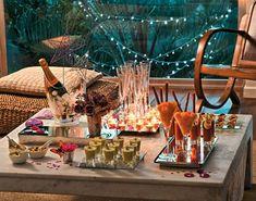 O brinde é uma das alturas mais especiais na noite do réveillon. Nessa altura, celebra-se a passagem do ano, e todos, miúdos e graúdos, brindam com champanhe, ou outra bebida no caso dos mais novos. Assim, para tornar esse momento ainda mais especial, nada melhor que personalizar os copos de champanhe. Para o fazer, pode usar várias ideias. Pode colocar uma pequena etiqueta no copo com uma mensagem de ano novo, pode enfeitar, ou então, pode comprar uns copos originais para essa ocasião.