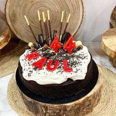 ... la tarta de chocolate y cerveza negra... es otro de nuestros hit su perfume aterciopelado su humedad achocolatada su sabor es superior. Puedes tomarla sola o como en este ejemplo que también está decorado con unos chocolates para realzar su sabor también puedes ponerle fruta #celebrandolavida #belloybueno #somoselpostre