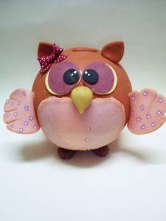 Deixe esta charmosa coruja guardar suas moedas !  A coruja é confeccionada em biscuit com estrutura interna de isopor ! R$ 37,00