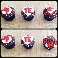 Kit Te Amo 2 | Três cupcakes cobertos com chocolate e decorados com pasta americana. Massa do bolo e recheio de sua preferência.