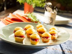 Cranberry Cornbread Bites recipe from Patricia Heaton via Food Network. Use turkey instead of ham? Mini Appetizers, Appetizer Recipes, Appetizer Dips, Healthy Appetizers, Tapas, Cornbread Muffins, Food Network Canada, Thanksgiving Recipes, Thanksgiving Leftovers