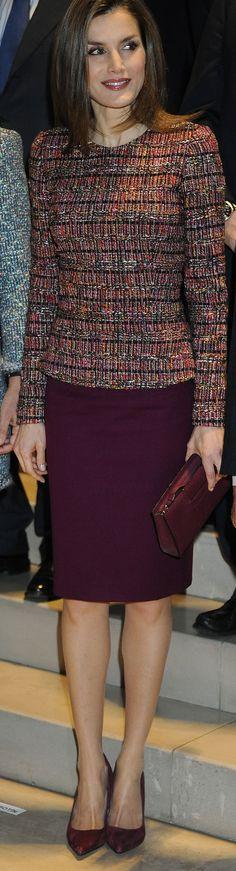 La Reina Letizia repite estilismo en color granate, uno de sus preferidos últimamente, para reunirse con la Fundación de Ayuda a la Drogadicción.