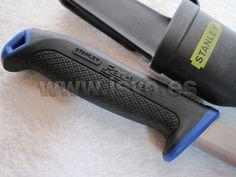 Cuchillo Stanley FatMax ® de acero inoxidable ref.: 0-10-232 • Mango bimaterial, hoja de acero inoxidable de 2.5mm de grosor. Ideal para trabajar en ambientes húmedos o salinos, (Cuchillo marinero). • Longitud de la hoja 9,2cm • Incluye funda con pinza para el cinturón. www.jsvo.es