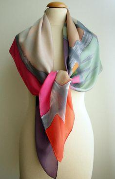 Este pañuelo está realizado en seda, con un diseño único. Los colores que predominan son: azul, gris, tostado y blanco. Su gran tamaño te permite usarlo de diferentes maneras. Su uso puede ser tanto para ocasiones de ceremonia como para el día a día. Medidas: Largo: 110 cm Ancho: 110 cm