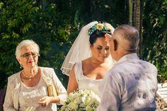 Velo largo hasta el codo, ideal para tu boda en playa por Bodas Huatulco Beach Wedding Hair, Wedding Hairstyles, Couple Photos, Wedding Dresses, Hair Styles, Blog, Fashion, Beach Wedding Hairstyles, Bridal Veils