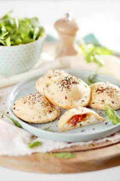 Vous pourrez réaliser ces chaussons au fromage frais pour un apéritif ou pour une entrée, à servir accompagnés d'une salade. J'ai ajouté des lanières de po