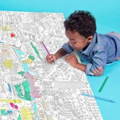 The gift of drawing: giant coloring maps of Paris, London, Barcelona and New York and crayons. Children will not only have fun coloring but they will also learn about these big cities of the world. Affordable and fun! #gifts #kids #crafts #drawing #London #Paris #Barcelona #NewYork #crayons