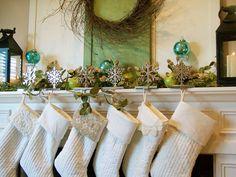 kaminsims dekor idee nikolausstiefel weiß grüne zweige kugeln