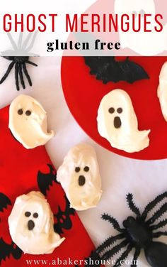 Ghost meringues are a perfect dessert for a Halloween party: easy to bake ahead . Halloween Desserts, Halloween Treats, Halloween Party, Frozen Fruit, Frozen Strawberries, Easy Gluten Free Desserts, Easy Desserts, Mini Chocolate Chips, Melting Chocolate