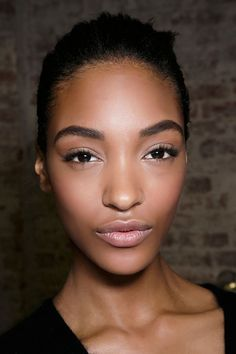 You can't shrink your pores, but you can make them look invisible with some makeup magic. A celebrity makeup artist reveals the secrets. Latest Makeup Trends, Beauty Trends, Beauty Hacks, Beauty Tips, Beauty Stuff, Beauty Secrets, Best Eyebrow Growth Serum, Best Eyebrow Products, Beauty Products