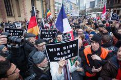 Gedränge um die richtige Form der Solidarität mit den Opfern von Paris: An der Frankfurter Hauptwache stießen die Gruppen aufeinander.