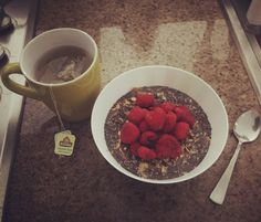 #healthybreakfast: mix de cereales con #Chía y #Frambuesas y té 🍵verde con #Jazmín de @tehindu con #Manzanilla 🌼🌼🌼!