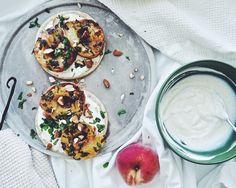 Hunaja basilika paahdetut persikat sitruuna vanilja jogurtti rieska kesä - Suusta suuhun | Lily.fi