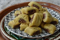 This traditional date-filled market cookie with its crispy honey-soaked outside is a welcome guest at celebrations in Algeria. But this sweet pastry is also popular in the neighboring countries of Tunisia and Morocco.