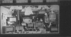 1956. We nemen een kijkje in de etalage van de Fa. Schermer aan de Middelweg.