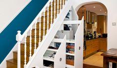 Unter die Treppe können ausziehbare Schränke integriert werden