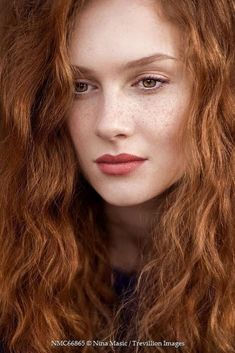 Ahead, we've rounded up 16 eye and lip products to help you choose your perfect redhead-friendly makeup shades. Natural Red Hair, Long Red Hair, Natural Redhead, Natural Makeup, Perfect Redhead, Gorgeous Redhead, Beautiful Red Hair, Beautiful Eyes, Beautiful Clothes