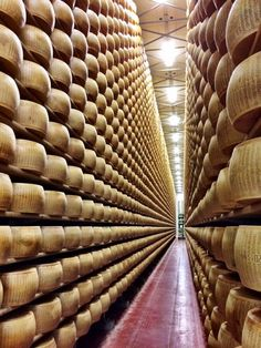 A food tour around Modena - parmesan cheese factory. Italian Cheese, Swiss Cheese, Zucchini Pickles, Perfect Baked Potato, Best Macaroni And Cheese, Cheese Waffles, Cheese Factory, Baked Fish Fillet, Skillet Chocolate Chip Cookie