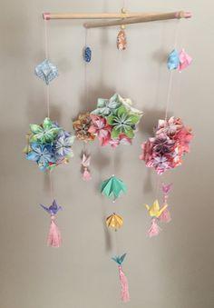 Móvil kusudama. Origami. Cinco bolas. Totalmente artesanal.  Decoración infantil. Por encargo en tamaño y colores a elegir.  125€