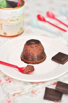 Flan de Chocolate Fitness sin azúcar  INGREDIENTES PARA 6 FLANES INDIVIDUALES:  60 grs de proteína sabor vainilla. 10 claras de huevo pasteurizadas. 2 huevos enteros. 250 ml de leche de soja desnatada. 2 cucharadas soperas de edulcorante líquido. 30 grs de cacao desgrasado sin azúcar, yo utilizo el de la marca Valor.