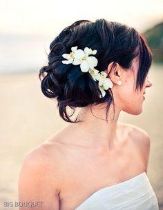 Quando pensamos em casamento na praia sempre lembramos de cabelossoltos e com flores.Na verdade a grande maioria é assim, mas tem penteados meio presos, presos, veja só! Dicas: Apostoque você esqueceu do frizz causado pelo vento! Se seu cabelo não tem problemas com isso, tranquilo! Se o seu cabelo não gosta daumidade e você sabe …
