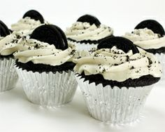 A delicous chocolate cupcake recipe. Moist Chocolate Oreo Cupcakes Recipe from Grandmothers Kitchen. Yummy Treats, Delicious Desserts, Sweet Treats, Yummy Food, Delicious Chocolate, Cupcakes Oreo, Cupcake Cakes, Gourmet Cupcakes, Strawberry Cupcakes