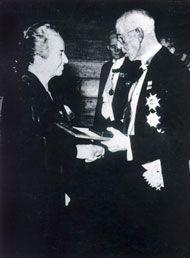 10.12.45: Gabriela Mistral recibe el Nobel de manos del rey Gustavo de Suecia.