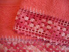 Conjunto de toalhas com barrado em crochê engomado