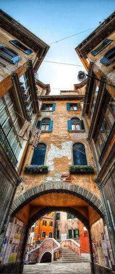 Struinen door de smalle, eeuwenoude straatjes van Venetië. Een must do tijdens je roadtrip door het noorden van Italië.