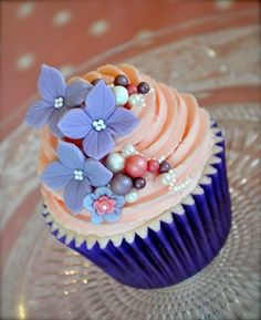 You can also use the pearls for decorating your cupcakes. Take pearl cupcakes decoration idea from here and design your beautiful cupcake with all love. Pearl Cupcakes, Fancy Cupcakes, Pretty Cupcakes, Beautiful Cupcakes, Yummy Cupcakes, Wedding Cupcakes, Fondant Flower Cupcakes, Cupcake Flower, Decorated Cupcakes