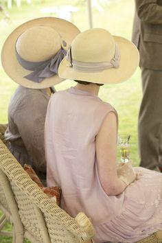 Cours de Couture Québec. Bonjour,  C'est toujours beau de voir les Femmes de dos avec leur chapeau.  Au Plaisir